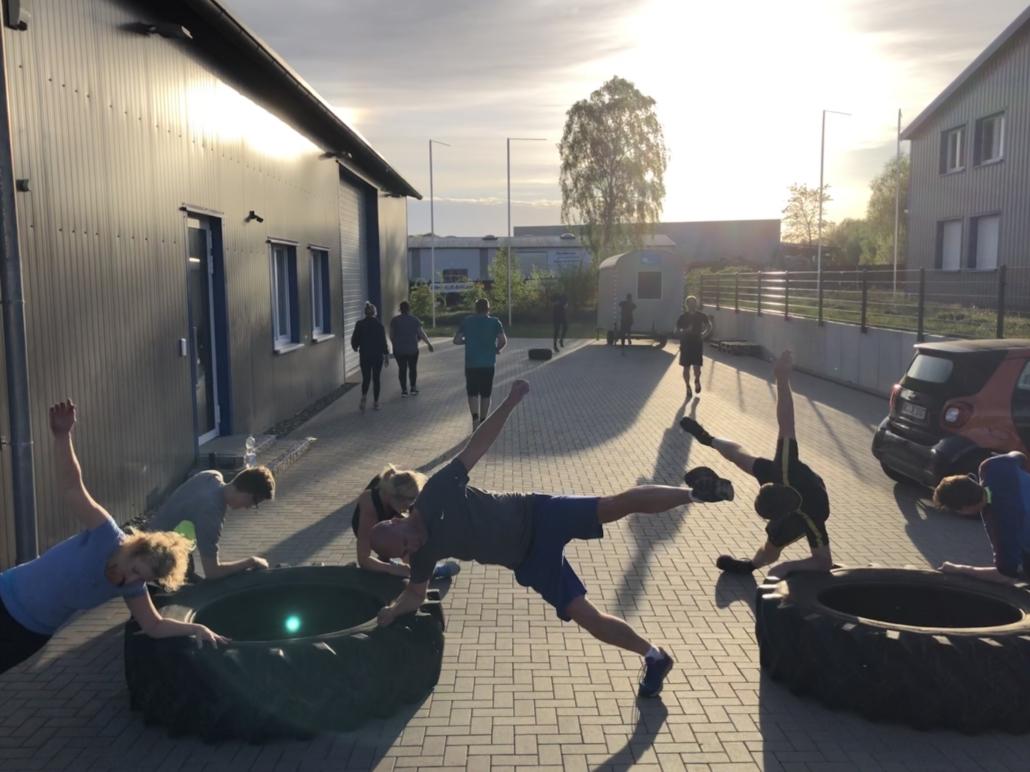 Outdoor Bootcamp Training Gruppe Reifen