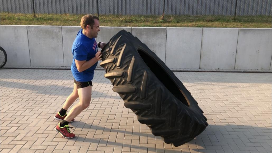 Outdoor Bootcamp Training Reifen Werfen